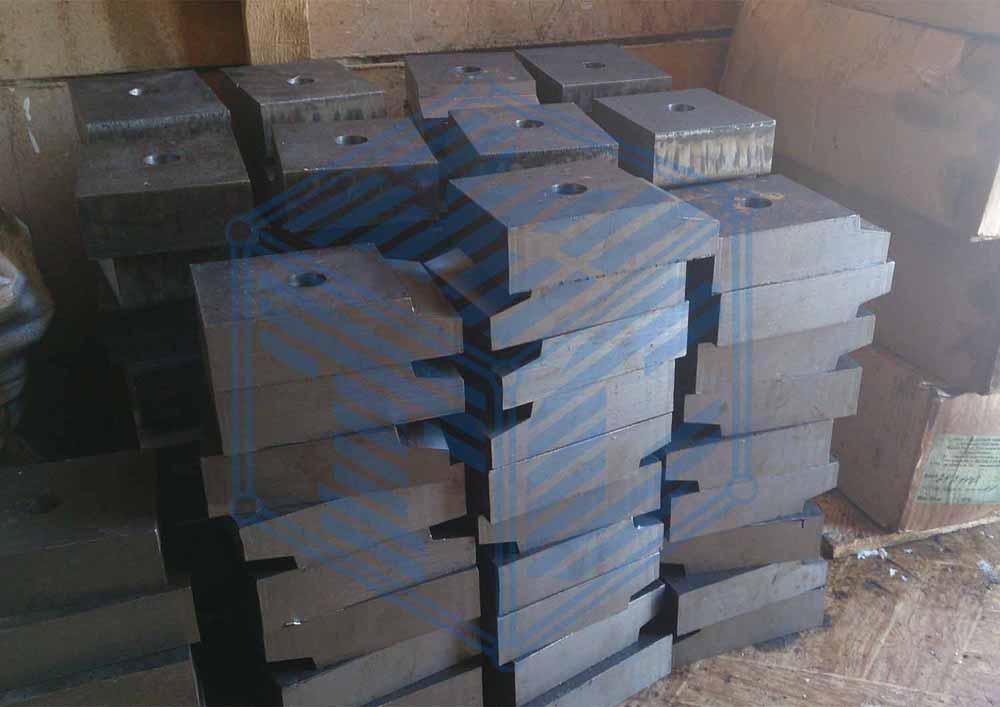 Комбинированная упорно-прижимная планка для узла крепления рельс к металлической балке кранового пути